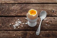 El huevo hervido suave encendido wwoden el fondo, estilo r?stico, espacio de la copia imagen de archivo libre de regalías