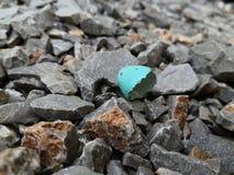 El huevo quebrado en la tierra fotografía de archivo libre de regalías