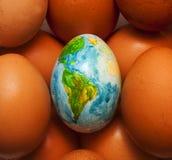 El huevo representa el planeta hermoso Imagen de archivo libre de regalías