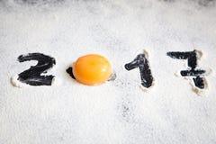 El huevo y numera 2017 en el polvo de la harina, Año Nuevo Fotos de archivo
