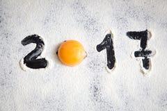El huevo y numera 2017 en el polvo de la harina, Año Nuevo Imagen de archivo libre de regalías