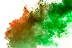 el humo Anaranjado-verde remolina en un fondo blanco que representa un modelo hermoso, ornamentos decorativos Transición del colo libre illustration