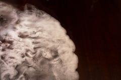 El humo blanco remolina en una tabla vieja Imágenes de archivo libres de regalías