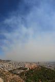 El humo cubre la ciudad de Atenas Grecia imagen de archivo libre de regalías