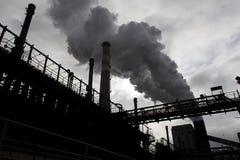 El humo de la chimenea de la fábrica fotos de archivo