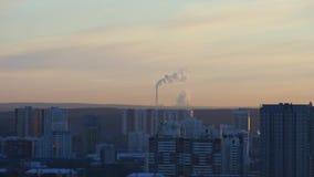 El humo de la chimenea en el amanecer almacen de video