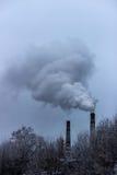 El humo de las chimeneas de CHP Imagen de archivo