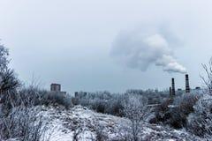 El humo de las chimeneas de CHP Imagenes de archivo