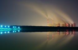 El humo de las chimeneas de una central eléctrica Imagen de archivo libre de regalías