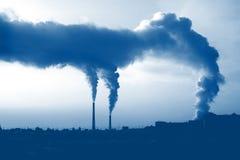 El humo de las chimeneas de la central térmico  Fotografía de archivo libre de regalías