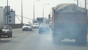El humo del tubo de escape del camión almacen de metraje de vídeo