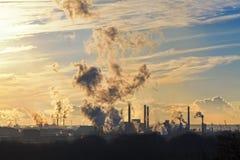 El humo grande de la planta en el cielo se nubla con los rayos de la luz Imágenes de archivo libres de regalías