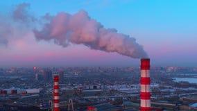 El humo instala tubos la generación la energía térmica para la ciudad metrajes