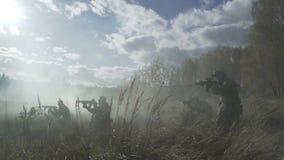El humo militar pasa con la batalla Los soldados están atacando con emboscada del humo almacen de video