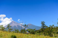 El humo sopla del volcán de Fuego Fotografía de archivo