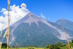 El humo sopla del volcán de Fuego Fotografía de archivo libre de regalías