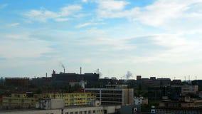 El humo viene de los tubos de las fábricas - lapso de tiempo almacen de metraje de vídeo