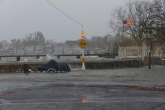 El huracán Sandy hace que el océano pasa la pared Foto de archivo