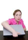 El hurto corporativo como mujer roba la computadora portátil Imagen de archivo libre de regalías