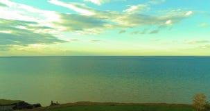 El hyperlapse aéreo de la puesta del sol y las nubes sobre el abejón de Timelapse de la costa de mar vuelan cerca del banco del o metrajes