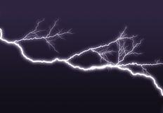 El ightning púrpura ramificado hacia fuera en el cielo Foto de archivo