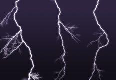 El ightning púrpura ramificado hacia fuera en el cielo Foto de archivo libre de regalías