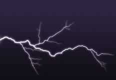 El ightning púrpura ramificado hacia fuera en el cielo Fotografía de archivo