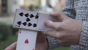 El ilusionista muestra truco con una cubierta de tarjetas almacen de metraje de vídeo