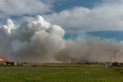 El incendio fuera de control amenaza a la granja cerca de las avenas mondadas pueblo, Escocia de Juan O Imagen de archivo libre de regalías