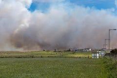 El incendio fuera de control se acerca a prados y a granjas cerca de las avenas mondadas de Juan O Foto de archivo