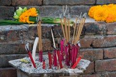 El incienso ardiente se pega en un templo budista para la adoración Imagen de archivo libre de regalías