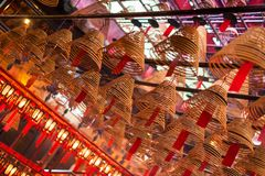 El incienso arrolla y desea en el hombre Mo Temple, Hong Kong Imagen de archivo