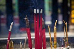 El incienso que fuma pega el templo budista China Imágenes de archivo libres de regalías