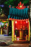 El incienso rojo ardiente se pega en pequeño templo chino Imagen de archivo