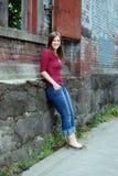 El inclinarse adolescente contra la pared - vertical, sonriendo Fotografía de archivo libre de regalías