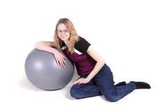 El inclinarse adolescente en bola del ejercicio Fotografía de archivo