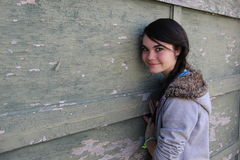 El inclinarse adolescente en la pared del vintage Foto de archivo libre de regalías