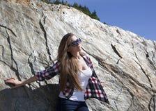 El inclinarse contra la roca Imagenes de archivo