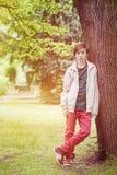 El inclinarse del muchacho del adolescente Imagen de archivo libre de regalías