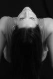 El inclinarse detrás en negro y blanco Fotografía de archivo