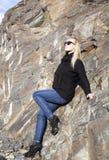El inclinarse en una roca Fotografía de archivo