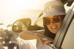 El inclinarse femenino joven en la ventanilla del coche Fotos de archivo libres de regalías