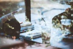 El inconformista adolescente de Asia adentro consulta la reunión con el amigo en café Imagen de archivo libre de regalías