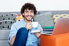 El inconformista caucásico hace un descanso para tomar café fotografía de archivo libre de regalías