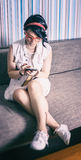 El inconformista de la muchacha tiene estilo del vintage de la diversión encariñado con el teléfono Fotografía de archivo libre de regalías