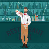 El inconformista del camarero vierte la bebida en el vidrio Fotografía de archivo libre de regalías