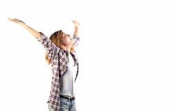 El inconformista feliz regocijó a la mujer con los brazos hacia fuera aumentados encima de aislado en w fotografía de archivo libre de regalías