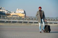 El inconformista listo disfruta de viaje Lleve el bolso del viaje Viaje barbudo del inconformista del hombre con el bolso del equ fotos de archivo libres de regalías