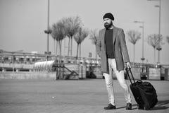 El inconformista listo disfruta de viaje Lleve el bolso del viaje Viaje de negocios Viaje barbudo del inconformista del hombre co fotos de archivo