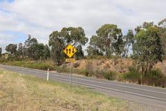 El indicador amarillo y negro del carril con las flechas firma Imágenes de archivo libres de regalías